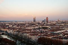 Depuis la colline de Fourvière arrivée du crépuscule sur Lyon.