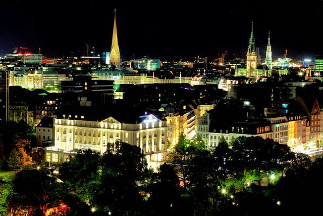 Nachts, über den Dächern von Hamburg