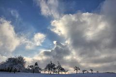Wechselspiel zwischen Sonne und Wolken