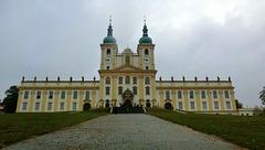 Čelní pohled na baziliku. (Front view of the Basilica.)