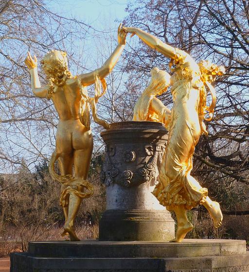 Mozartbrunnen im Blüherpark Dresden - Mozartfonto en la 'Blüherparko' Dresdeno
