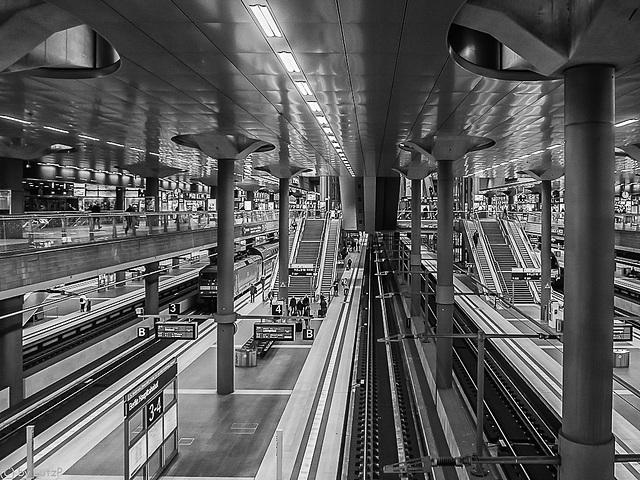 B minus 8 (fast alle Züge abgefahren - most trains left already)
