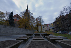 Denkmal für Eduard Vilde und die Nikolaikirche