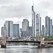 """Blick über die """"Alte Brücke"""" zur Skyline"""