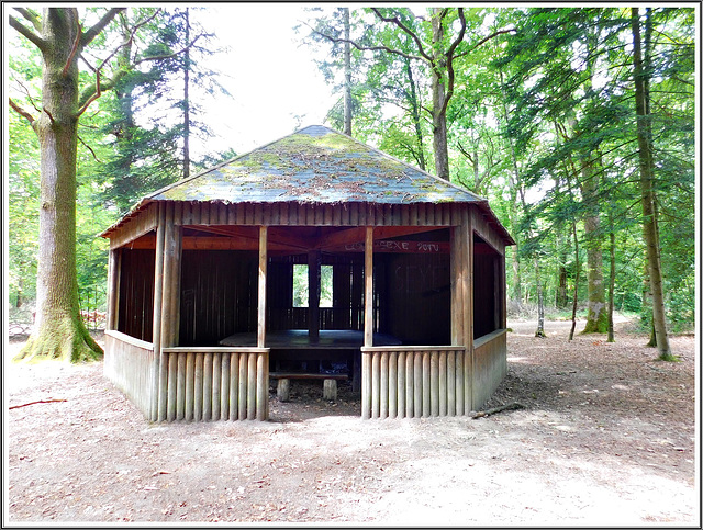 La cabane de Patira en forêt de Coetquen