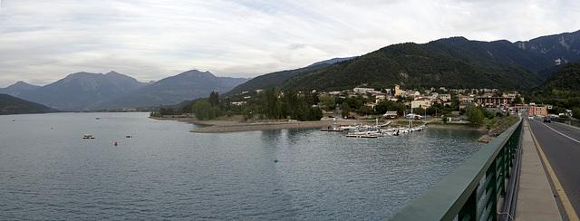 La ville de Savines-le-Lac que donnant sur le Lac de Serre-Ponçon, France