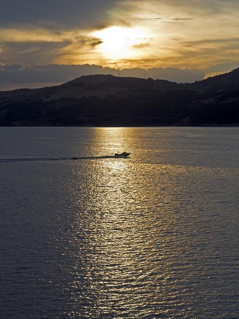 Le coucher de soleil sur le Lac de Serre-Ponçon, dans une chaude soirée en août -  Savines-le-Lac, France