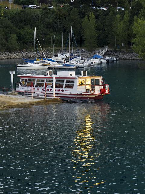 Reflets ensoleillés du bateau à Savines-le-Lac, France