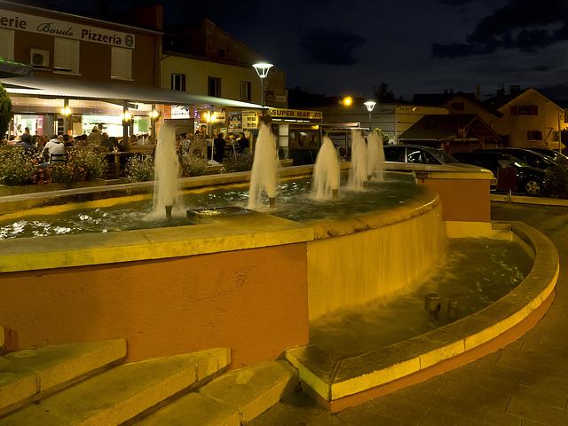 Fontaine dans la nuit de Savines-Le-Lac, France