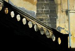 Mittagsschatten auf dem Treppengeländer