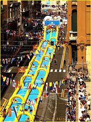 Genova : Un lungo scivolo ad acqua in via XX Settembre - un divertimento per tutte le età ! - (951)