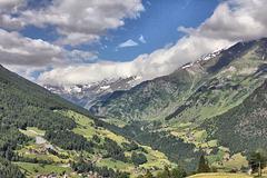 Blick von Stulles/Moos 1300 m hoch gelegen hinein ins Pfelderer Tal.