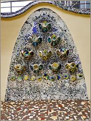 Barcellona : Casa Batlló - una composizione artistica nel cortile esterno