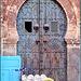 Tunisi : Una vecchia porta nella Medina e piatti lucenti esposti davanti