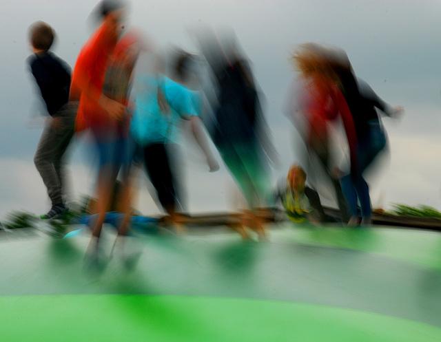 Hüpfende Kinder auf einer Kunststoffblase