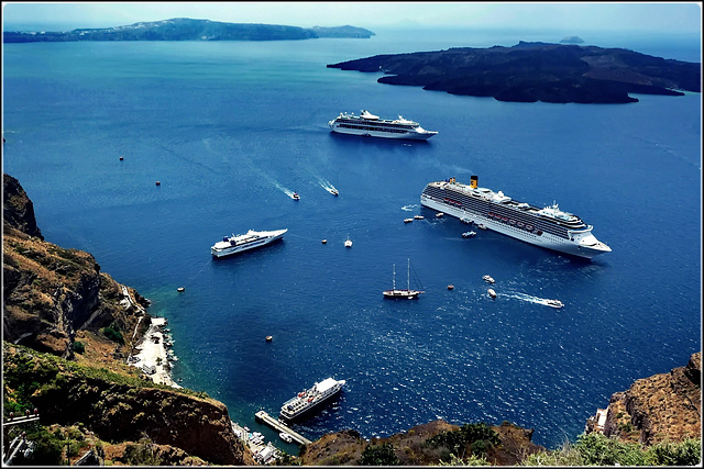 Santorini : Costa Mediterranea in rada a Ormos di Θήρα - (997)