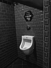 Paris - pourquoi on dit urinoir quand il est presque toujours blanc