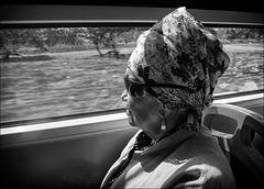 Dame dans le bus.
