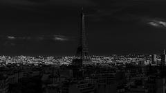PARIS, la tour Eiffel depuis l'Arc de Triomphe.