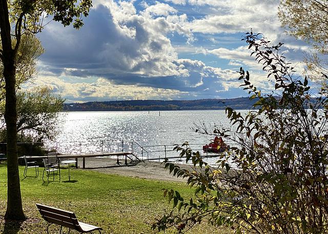 Der See glitzert in der Sonne