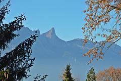 Blick zum Stockhorn durch einen noch leichten Herbstdunst