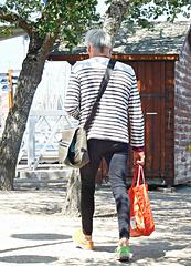 l'homme qui marche d'un pas cadencé