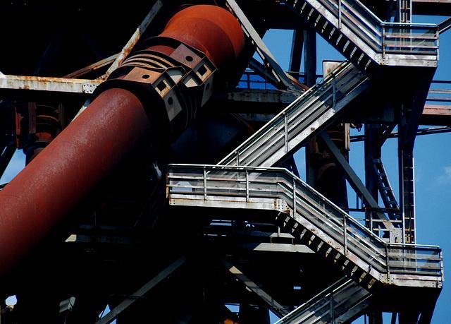 Treppe neben Rohr