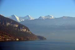 Blick über den Thunersee, links der Beatenberg, bis ganz hinten zu den Bergen Eiger, Möch, und Jungfrau