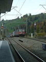 Güterzug bergwärts bei Mülenen richtung Italien