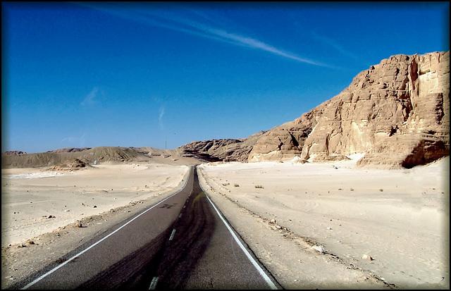SINAI  : la strada che porta al monastero di Santa Caterina - da Sharm 217 km. di deserto