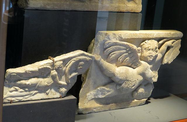 Musée de Jublains : victoire ailée tenant un bouclier.