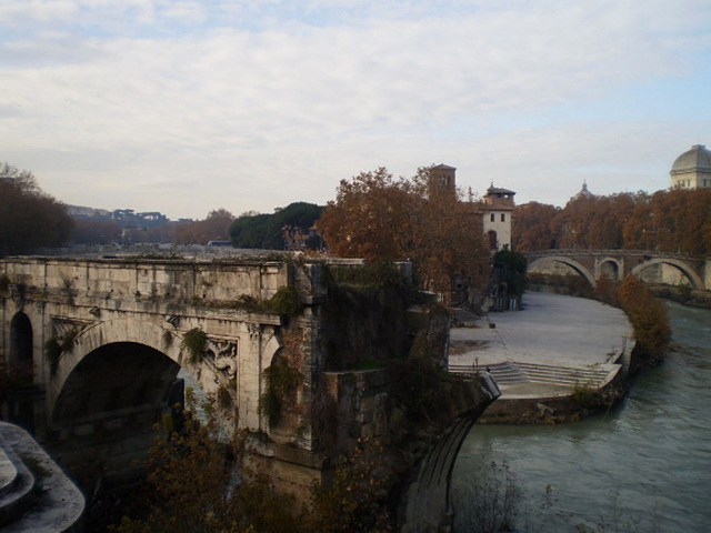 Collapsed bridge (179 BC), Tiberine Island and Fabricio Bridge.