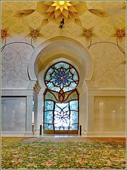 AbuDhabi : porte di uscita e gran tappeto verde e ricami colorati nella moskea Zayed