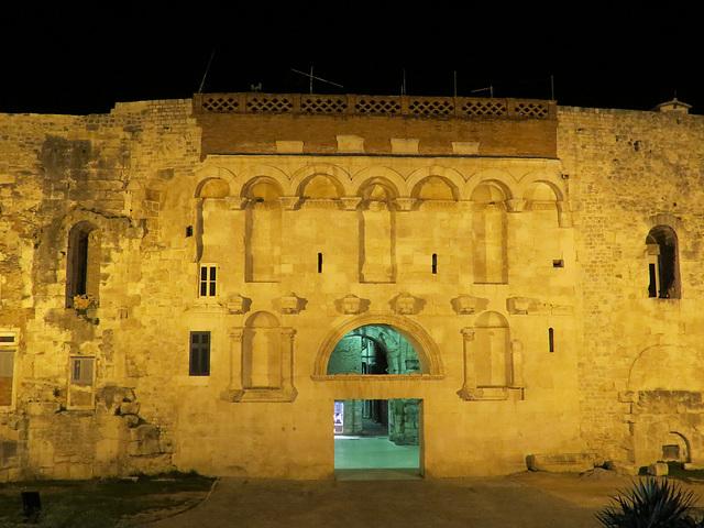La porte d'or de nuit
