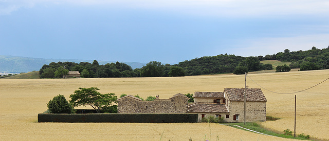 Lurs (04) 18 juin 2014. Ferme de Haute-provence sur fond d'orage.