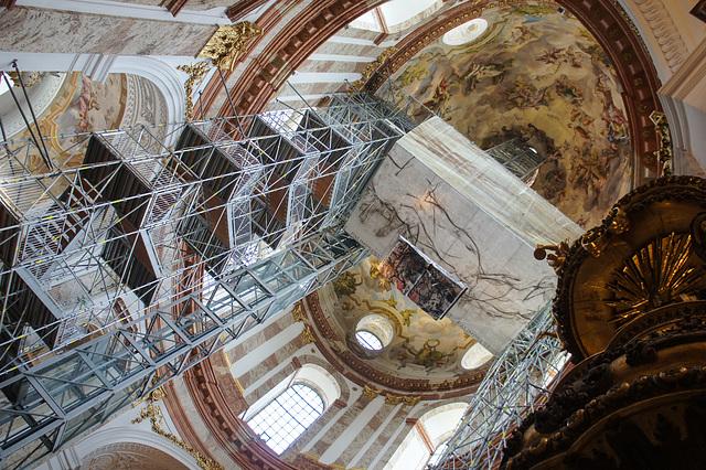Wien, Karlskirche; Lift und Brücke
