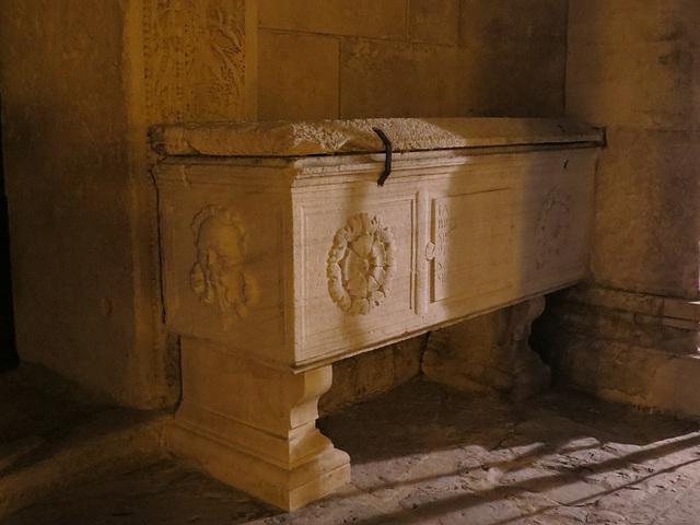 Split : sarcophage au pied du temple de Jupiter.