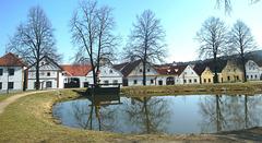 Sudbohemia vilaĝo Holašovice - sur la listo de UNESKO