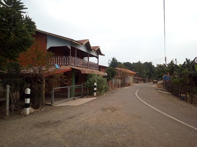 Courbe dans un village laotien
