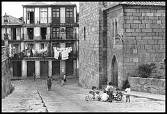 Enfants jouant dans une rue