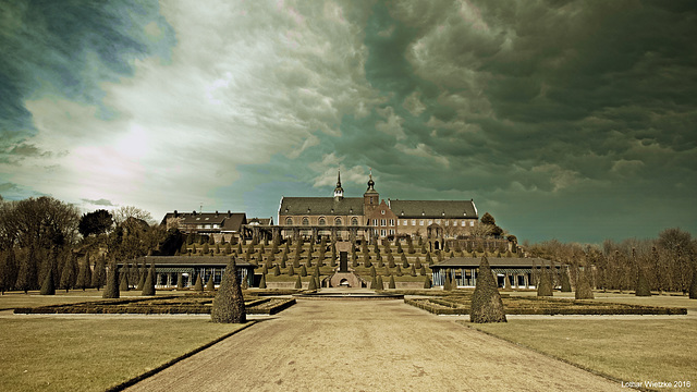 Osthang des Klosterbergs mit dunklen Wolken