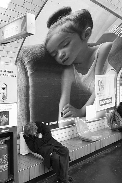 dormeur dans le metro