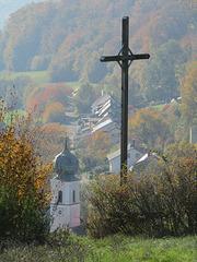 Gipfelkreuz und Kirchturm