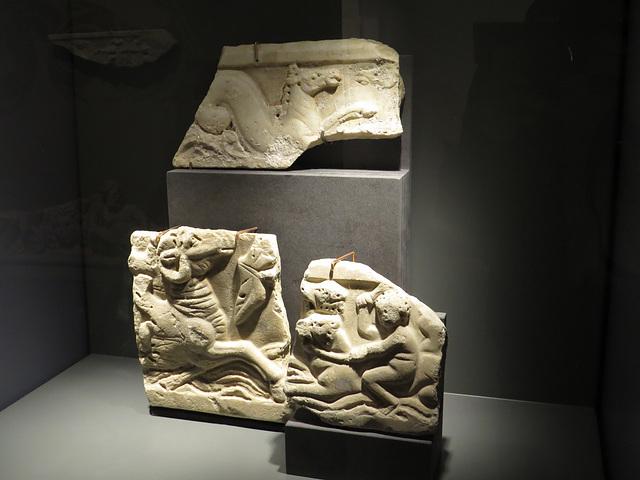 Musée de Jublains : fragments de sarcophage.