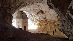 Frasassi-Höhle ... Eremo di S. Maria infra Saxa e Tempietto del Valadier – Genga (AN)