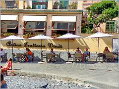 Ombrelloni sulla piazzetta di Boccadasse - il borgo più fotografato della città !