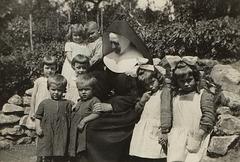 Lüneburg 1934: Zwillinge mit Benediktinerin