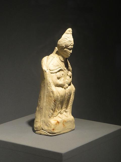 Jublains : statuette en terre cuite de déesse mère.