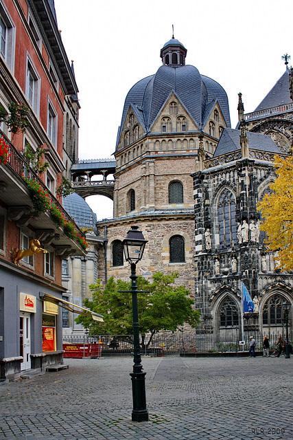 Straßenlaterne vor dem Aachener Dom
