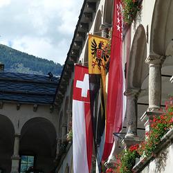 Die Fahnen von Brig, dem Kanton Wallis und der Schweiz